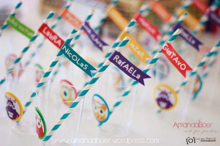 Canudos de papel com o nome das crianças convidadas