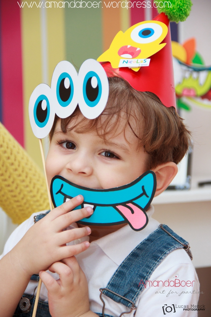 Crianças se divertem com as plaquinhas